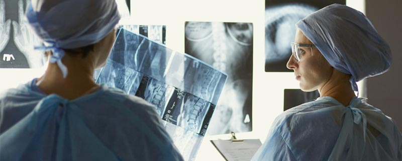 doctors-looking-at-x-rays
