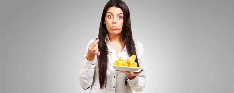 woman-eating-chips