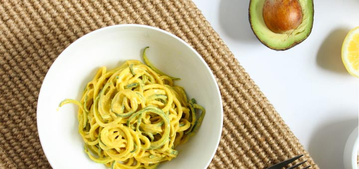 10-Minute Raw Vegan Curry With Zucchini Noodles