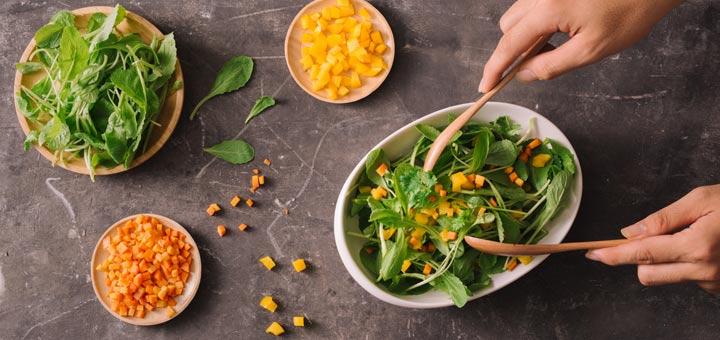 mixed-green-bell-pepper-carrot-salad